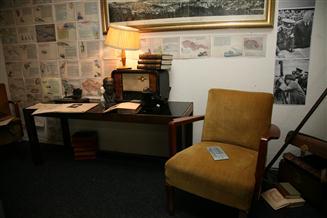 Odchod Jaromíra Weinbergera do exilu  zobrazuje jeho obývací pokoj v okamžiku příprav na cestu